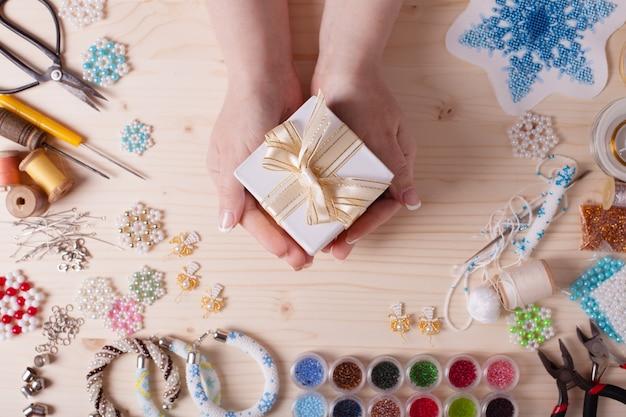 Perles et outils pour créer des bijoux. préparation pour la main. vue de dessus