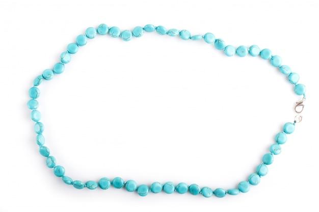 Perles de pierre semi-précieuses bleues isolées sur fond blanc