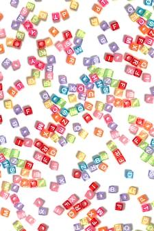 Perles de plastique colorées avec des lettres