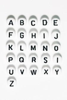 Perles en plastique avec des lettres