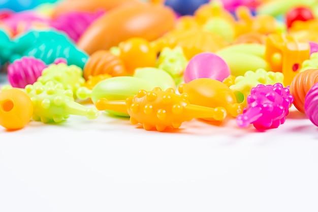 Perles en plastique multicolores pour un bracelet de filles à partir d'un ensemble de travaux d'aiguille