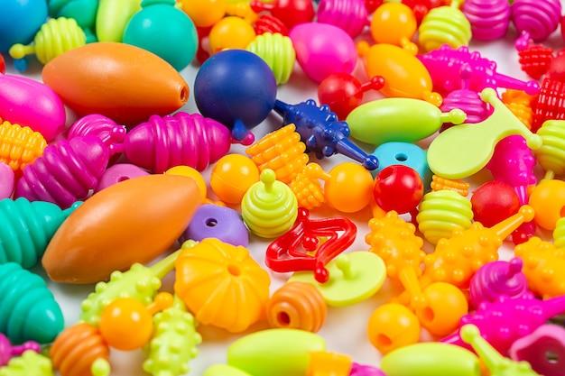 Perles pour la créativité des enfants, vous pouvez faire des bracelets, des colliers et des bagues sur fond blanc