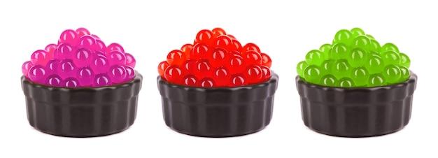 Perles de tapioca pour bubble tea isolés sur fond blanc. mélanger les perles de fruits de tapioca dans un bol.