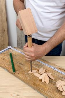 Peron à l'aide d'un marteau à bois et d'un tournevis