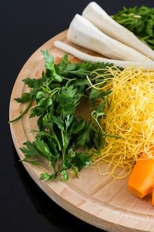 Persil, carottes et nouilles pour la soupe