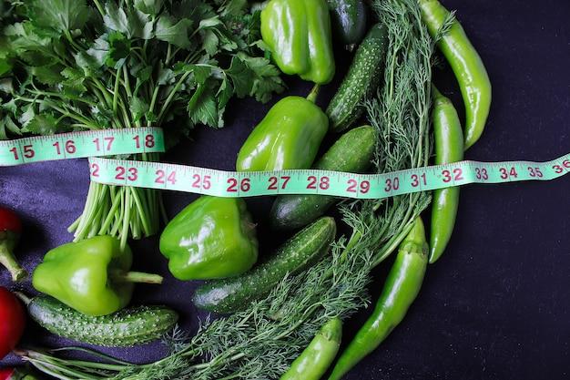 Persil organique frais, tomates, poivrons rouges, poivrons verts, fenouil, aneth et concombre avec vue de dessus d'un centimètre vert, concept de régime