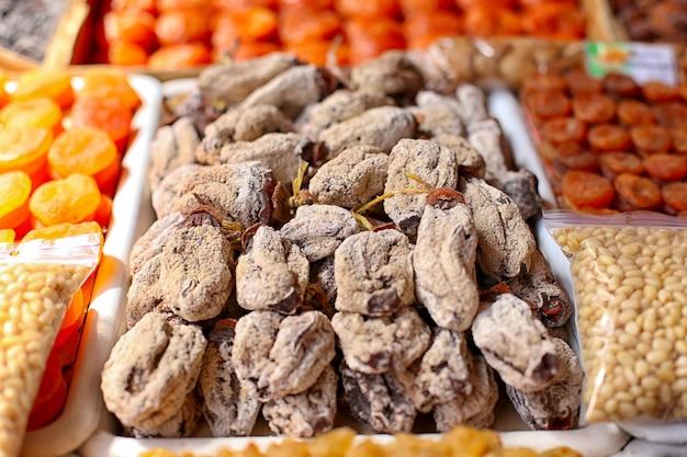 Persimmon, fruits secs, sur le marché.