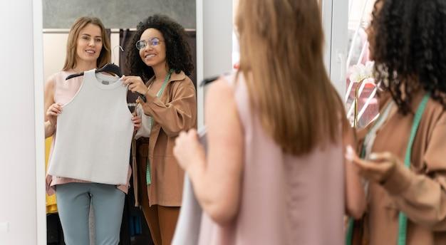 Personal shopper aidant le client