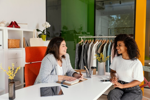 Personal shopper au bureau avec le client