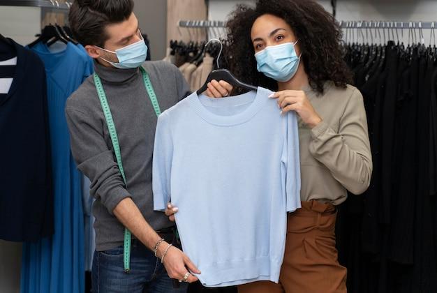 Personal shopper avec masque de travail