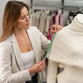 Personal shopper mesurant les vêtements
