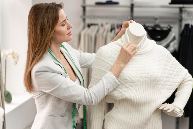 Personal shopper mesurant les vêtements