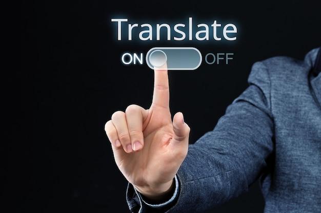 Le personnage allume un programme de traduction abstraite