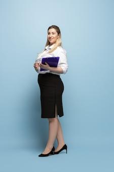 Personnage féminin bodypositive. femme d'affaires taille plus