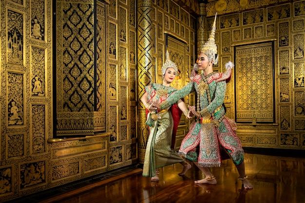 Le personnage phra et nang dansant dans une performance de pantomime thaïlandaise.