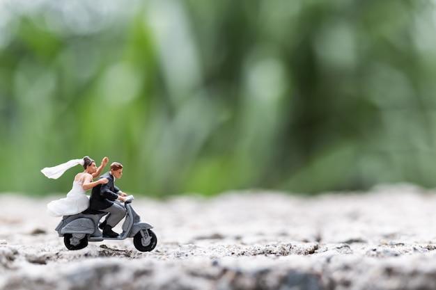 Personnages miniatures: un couple à moto
