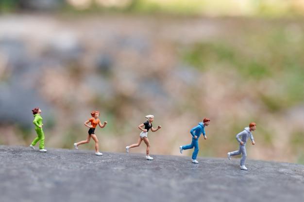 Personnages miniatures courant sur le rocher