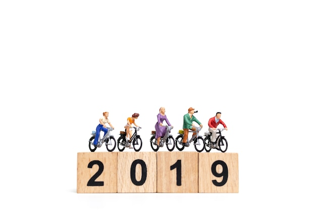 Personnages miniatures: groupe d'amis à vélo avec numéro en bois 2019