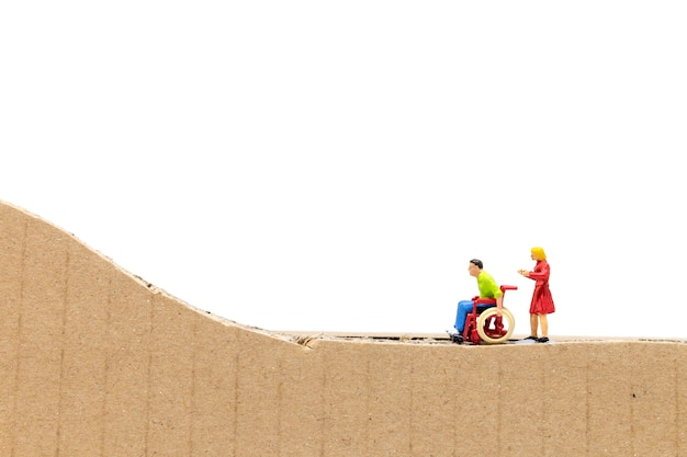 Personnages miniatures homme en fauteuil roulant