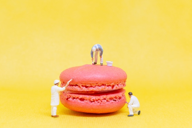 Personnages miniatures: peintres coloriant macaron