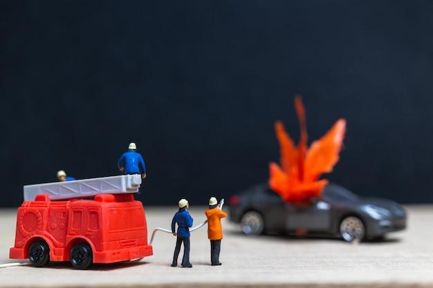 Personnages miniatures: pompiers lors d'un accident de voiture