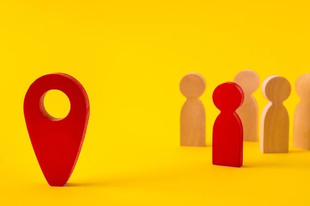 Personnages sans visage de personnes rassemblant une communauté à la recherche d'un nouveau point d'adresse