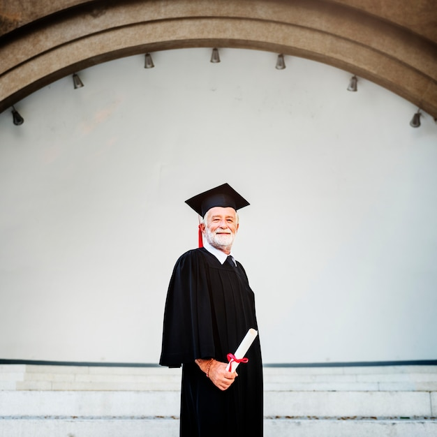 Personne âgée diplômée à la cérémonie de remise des diplômes