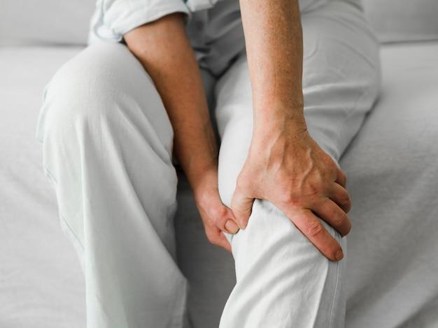Personne âgée avec douleur au genou