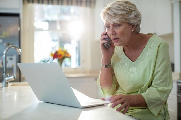 Personne agee, femme, conversation, mobile, téléphone, quoique, utilisation ...