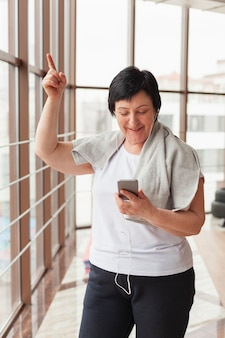 Personne agee, femme, vérification, mobile