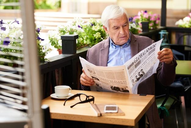 Personne agee, lecture, journal, extérieur, terrasse, café