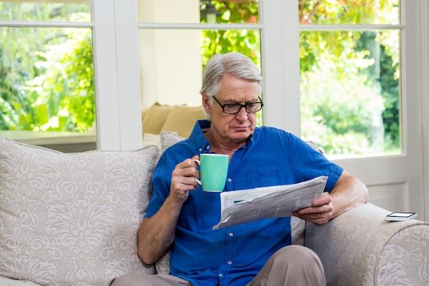Personne agee, lecture, journal, quoique, café, maison