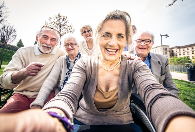 Personne âgée, marche, dehors