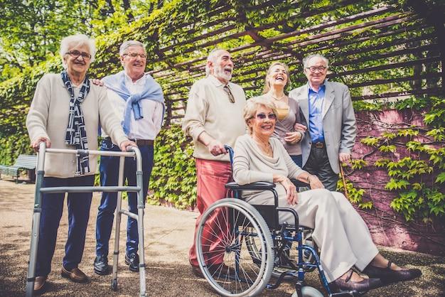 Personne âgée, Marche, Dehors Photo Premium