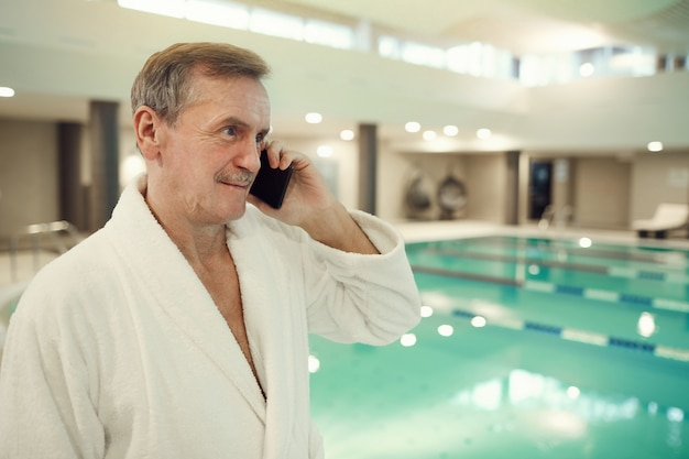 Personne agee, parler, smartphone, spa