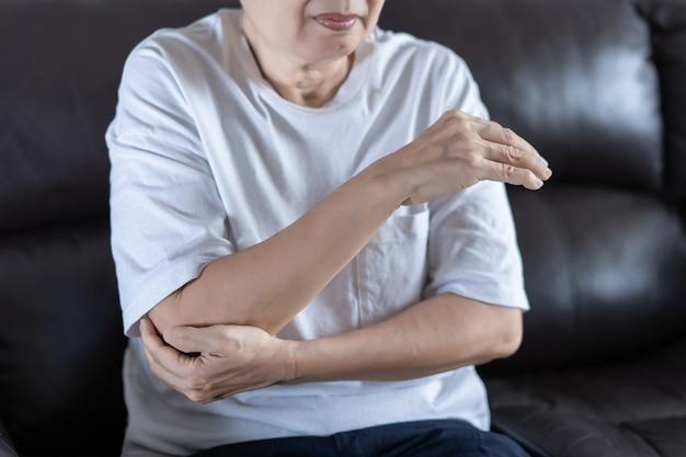 Personne âgée souffrant d'arthrite et femme âgée souffrant d'arthrose