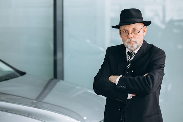Personne agee, voiture, salle exposition, choisir, voiture