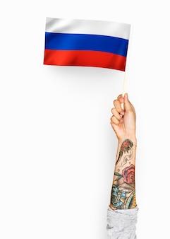 Personne agitant le drapeau de la fédération de russie