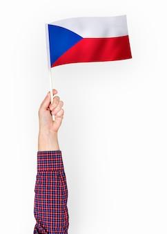 Personne agitant le drapeau de la république tchèque