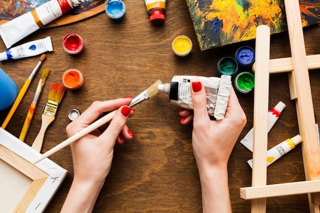 Personne à l'aide d'un tube de peinture aquarelle