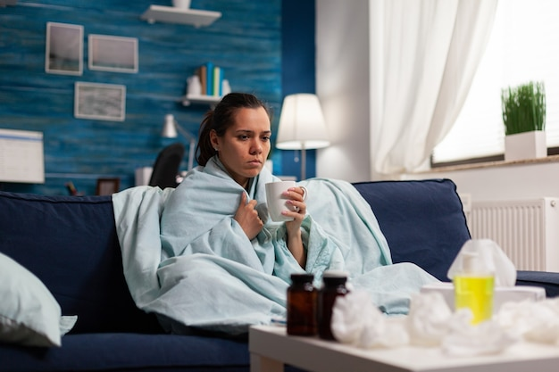 Personne atteinte d'une maladie à domicile prenant un traitement contre le rhume et la grippe