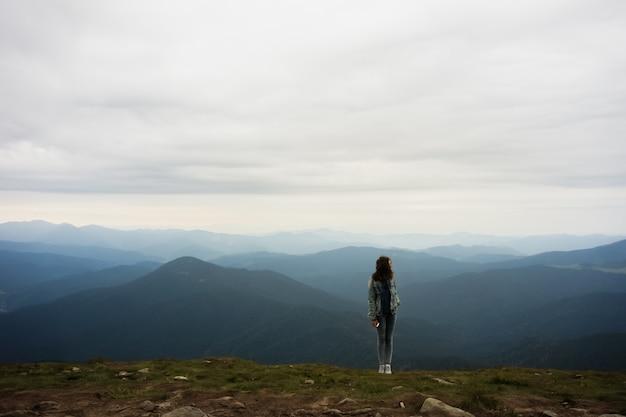 Personne au sommet de la montagne