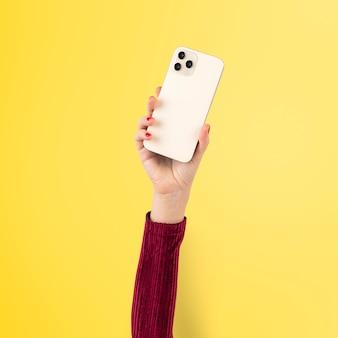 Personne d'audience des médias sociaux filmant via un smartphone