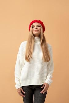 Personne d'automne avec un beau chapeau