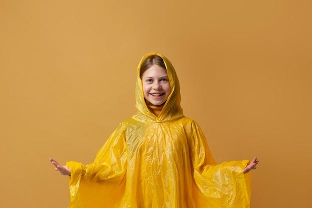 Personne d'automne avec manteau de pluie