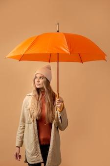 Personne d'automne avec parapluie