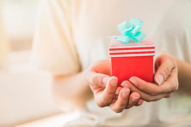 Personne avec cadeau d'anniversaire