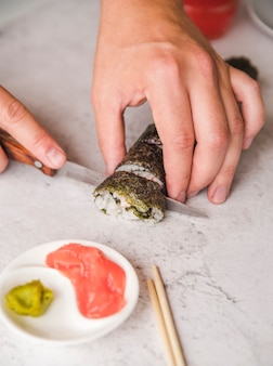 Personne, couper, sushi, rouleau, gros plan