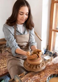 Personne créative travaillant dans un atelier de poterie