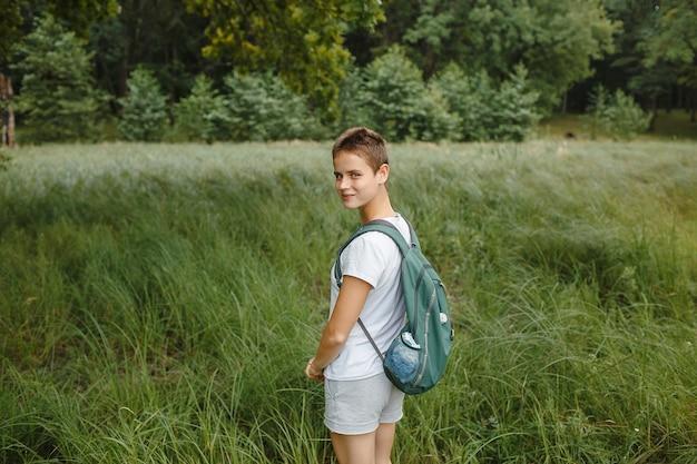 Une personne dans la nature, marchant dans la forêt, loisirs actifs